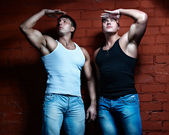 Two muscular guys watching — Stockfoto