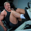 Bodybuilder training in gym — ストック写真