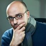 portrét holohlavý muž v brýlích — Stock fotografie