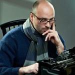 porträtt av en skallig författare — Stockfoto