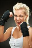 Agresywny młody bokser blond dziewczynka bandaże na ręce — Zdjęcie stockowe