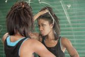 Mujer en el espejo — Foto de Stock