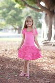 Ragazza in un vestito rosa — Foto Stock