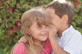 çocuk fısıldayarak sır — Stok fotoğraf