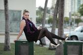Kobieta pozowanie na Stoiska gazetowe — Zdjęcie stockowe