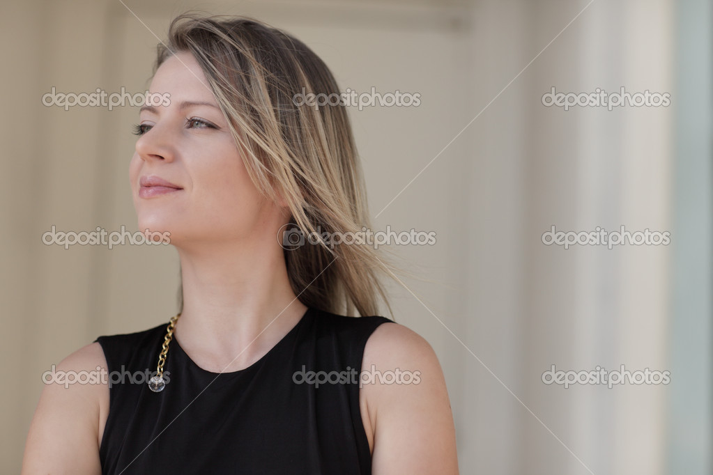 Headshot of a young woman looking away from the camera — Stock Photo #4216027