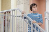 少年は階段でポーズ — ストック写真