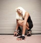 女性は地面にひざまずいて — ストック写真