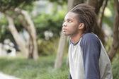 Mann sitzt im park — Stockfoto