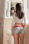 Mulher olhando no espelho — Fotografia Stock