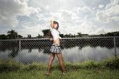 Mulher se passando por cima da muro — Foto Stock