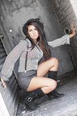 Sokakta crouching moda kadın — Stok fotoğraf
