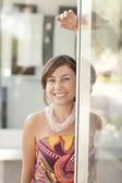 Mulher se passando pelo vidro da frente de loja — Foto Stock