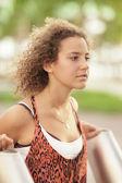 Ung tonåring i parken — Stockfoto