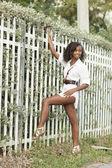 Kvinna poserar av staketet — Stockfoto