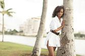 женщина, опираясь на дерево — Стоковое фото