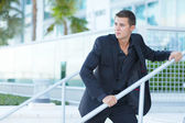 Homme d'affaires par une balustrade de la main — Photo