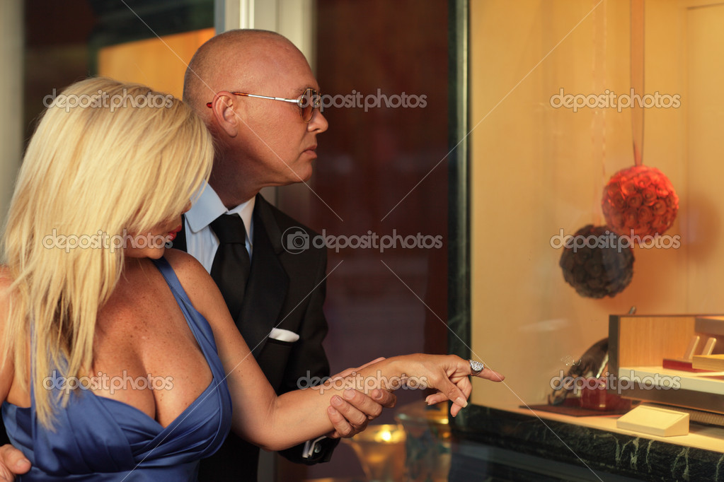 Rich couple shopping — Stock Photo #4984161
