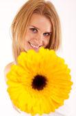Femme vous est remise une fleur — Photo
