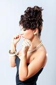 Módní žena, drží její náhrdelník — Stock fotografie