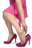 Mujer poniendo en zapatos de tacón alto — Foto de Stock