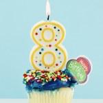 Восьмой день рождения кекс — Стоковое фото