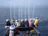 Pêcheurs sur le bateau en mer — Photo