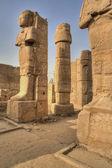 Sculptures et piliers dans le temple de karnak — Photo