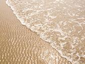 Schäumenden meer küste an einem sonnigen strand — Stockfoto