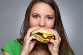 Chica comiendo hamburguesa — Foto de Stock