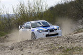 White racing rally car on gravel road — Stockfoto