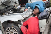 Two mechanic and white car — Stockfoto
