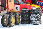 雪のレースの汚れのタイヤを使用 — ストック写真