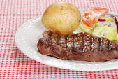 Grilled steak with vegetables — ストック写真