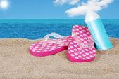 Sandaler och sololja på en solig dag — Stockfoto