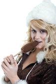 Mujer sexy hielo mordiendo un chocolate crema paletas de hielo — Foto de Stock