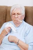 彼女の温度を取って病気の先輩 — ストック写真