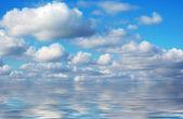 Piękne lato niebo odbicie wody — Zdjęcie stockowe