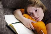 Giovane donna, scrivendo un diario — Foto Stock