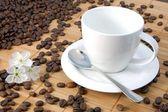 Tasse mit kaffeebohnen — Stockfoto