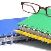 Книга, очки и ручка — Стоковое фото