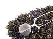 Tee-Ei und grüner Tee Blätter auf weißem Hintergrund — Stockfoto