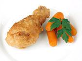 Coscia di pollo fritto su piatto bianco — Foto Stock