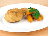 Fried chicken leg with baby carrots — Стоковое фото