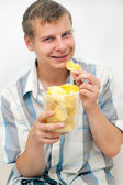 The guy eats chips — Stock Photo