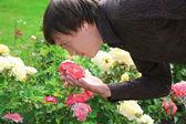 Uomo con rose — Foto Stock