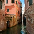 Canal between houses venice - 图库照片