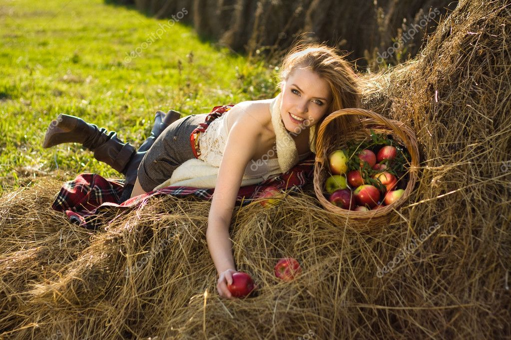 Young woman at farm with many apple in basket — Stock Photo #4066177