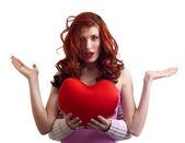 Ręce chłopaka przedstawić niespodzianka walentynki serca kobieta — Zdjęcie stockowe