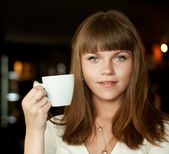 красивая женщина с кофе — Стоковое фото